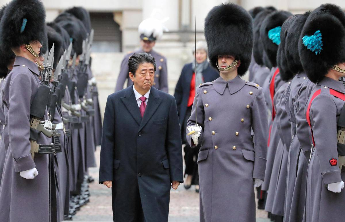 Shinzo Abe reviews an honour guard at the Foreign and Commonwealth office before his meeting with Theresa May on 10 January 2019 in London. Photo: Getty Images