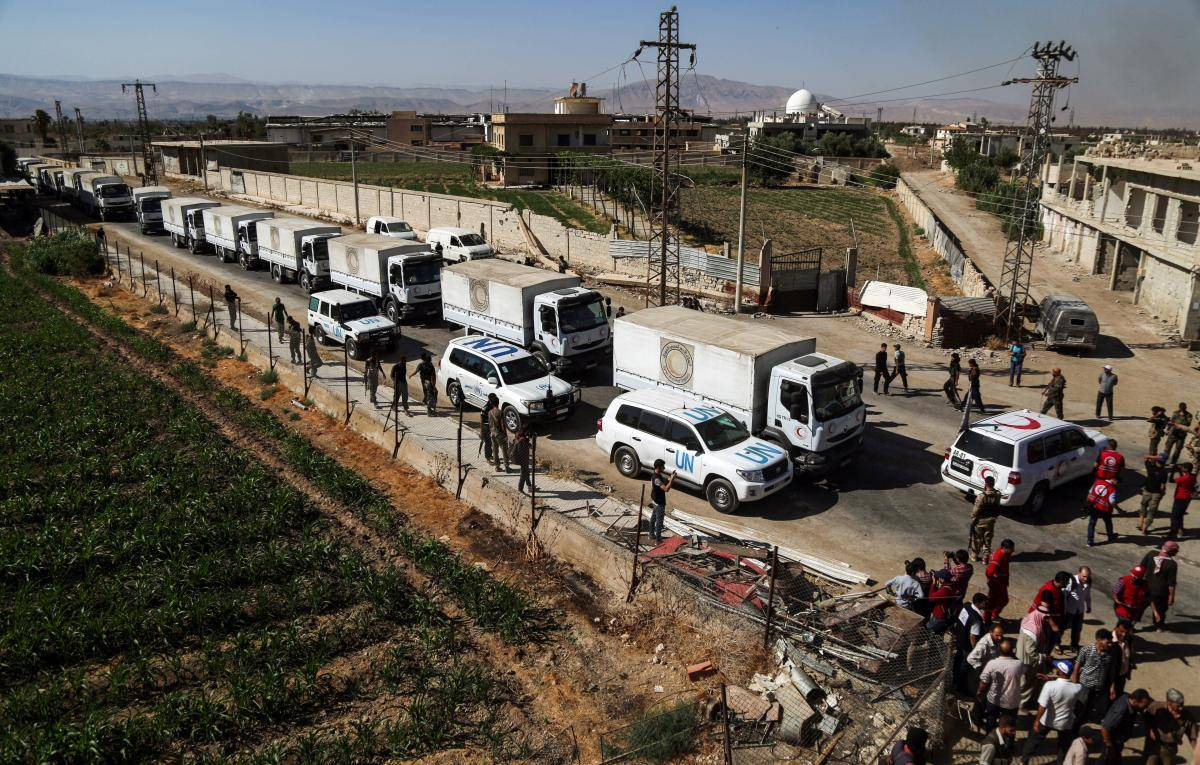 A United Nations and Syrian Arab Red Crescent (SARC) convoy delivers aid packages