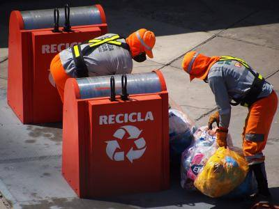 Lima city employees picking up garbage during lockdown measures in Peru amid the COVID-19 crisis. Photo: Getty Images.